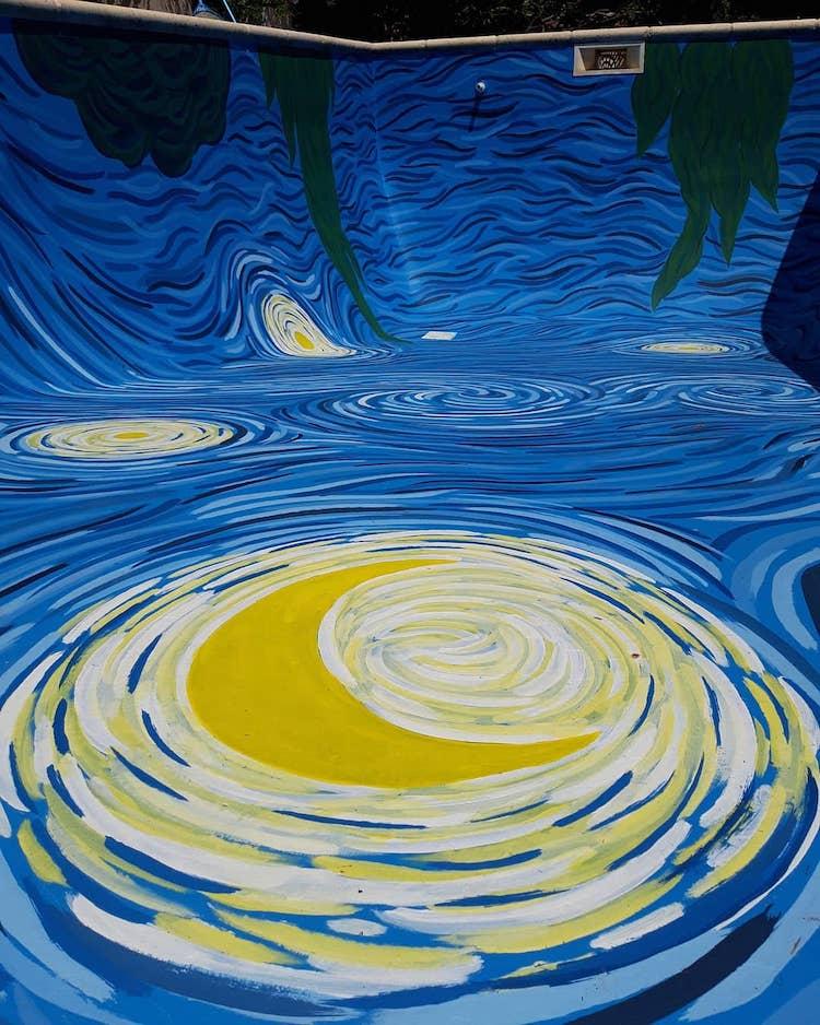 Piscina inspirada en La noche estrellada de Van Gogh por Amancay Murales