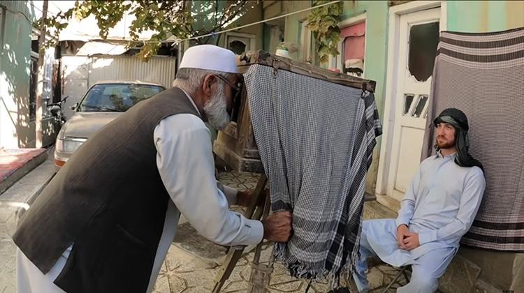 fotógrafo afgano con cámara antigua