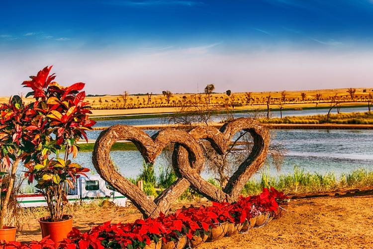 Sumérgete en el 'Love Lake', un lago en forma de corazón en Dubái