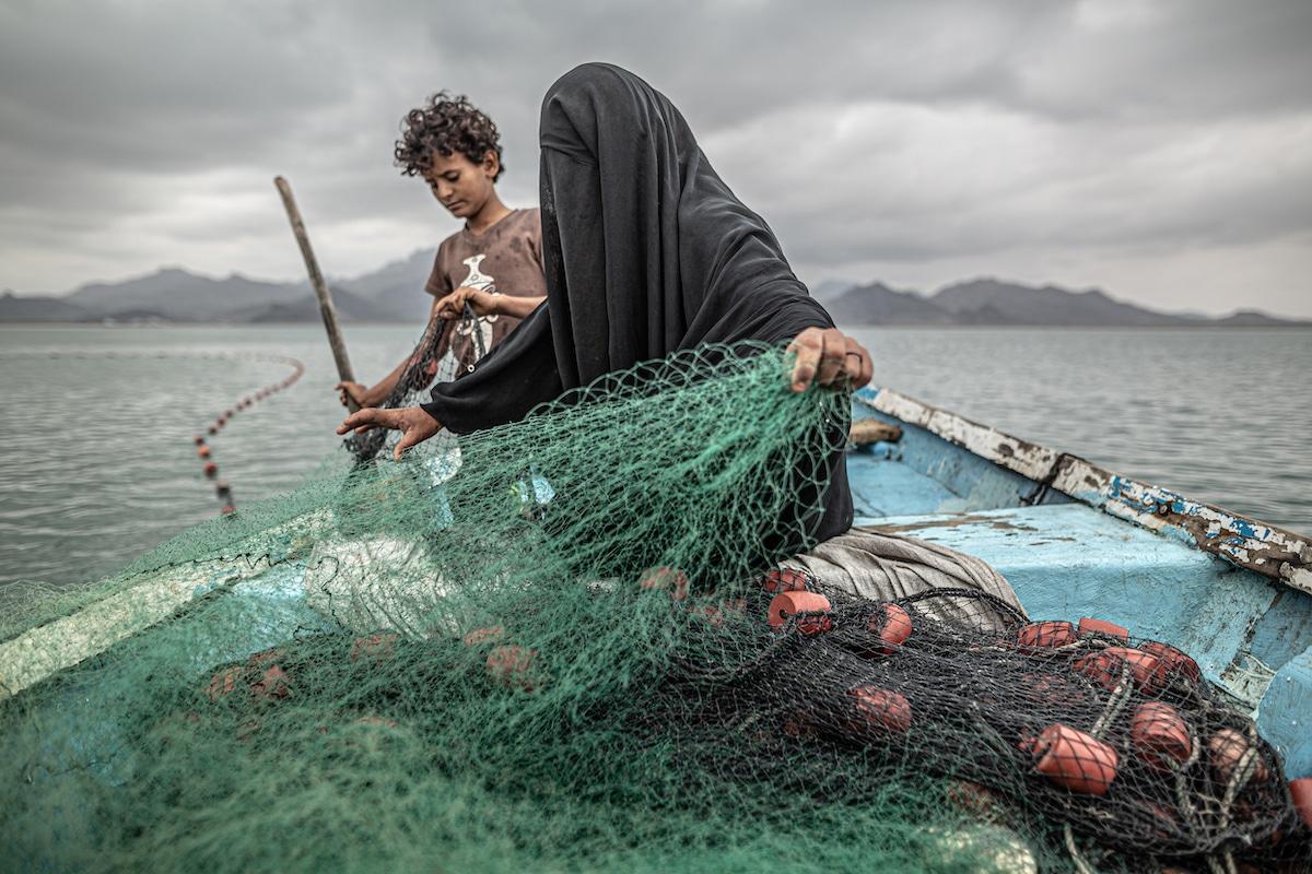 Femme et fils au Yémen pêchant
