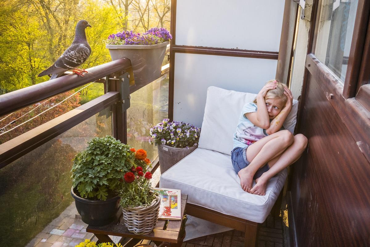 Pigeon sauvage effrayant une fille