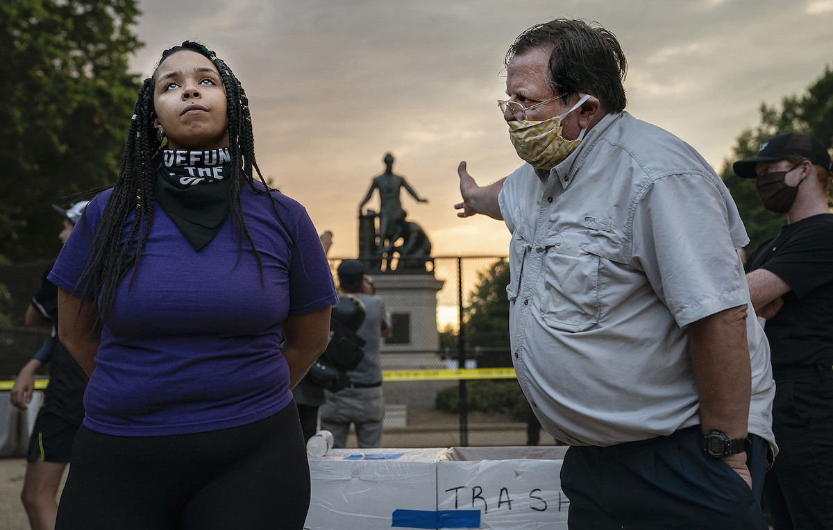 Homme et femme en désaccord sur la suppression du mémorial de l'émancipation à Washington, DC