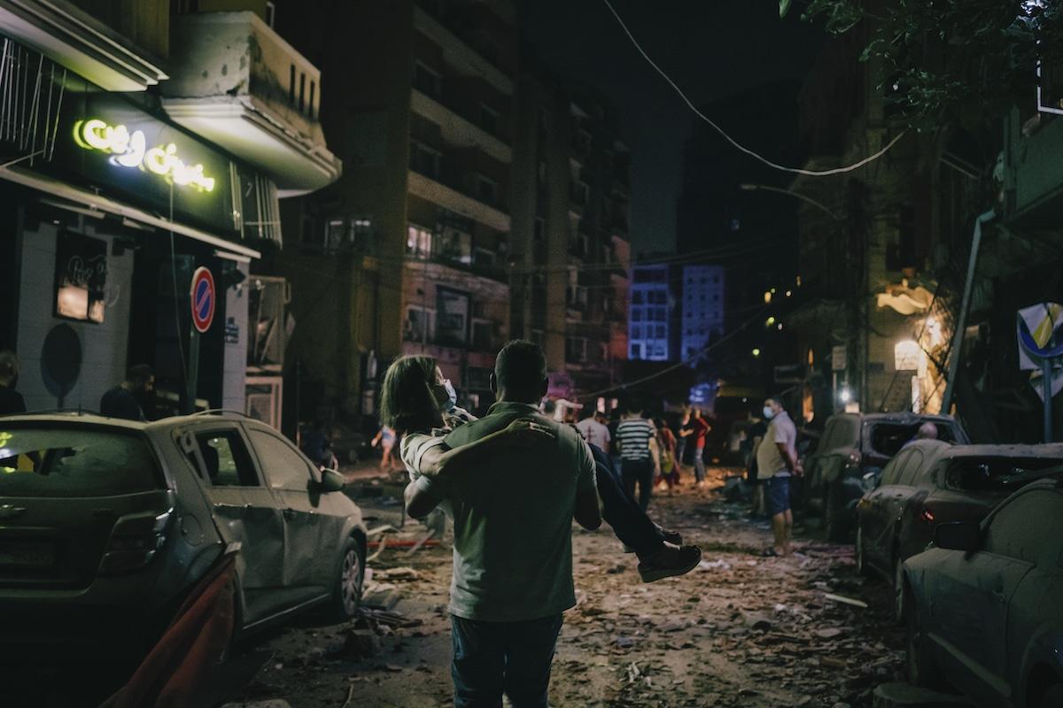 Une femme transportée en lieu sûr pendant l'explosion du port de Beyrouth