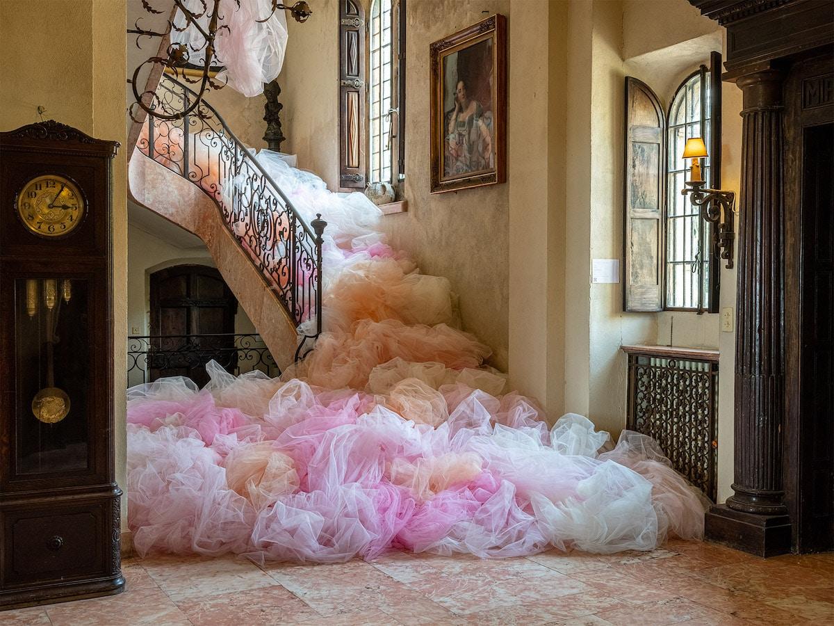 Instalaciones de tul en un castillo por Ana Maria Hernando
