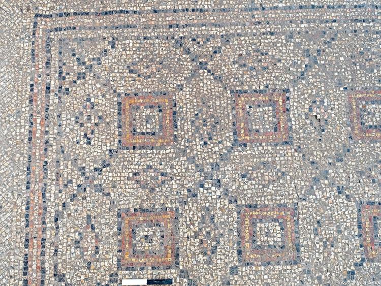 Piso de mosaico con patrón geométrico hallado en Israel