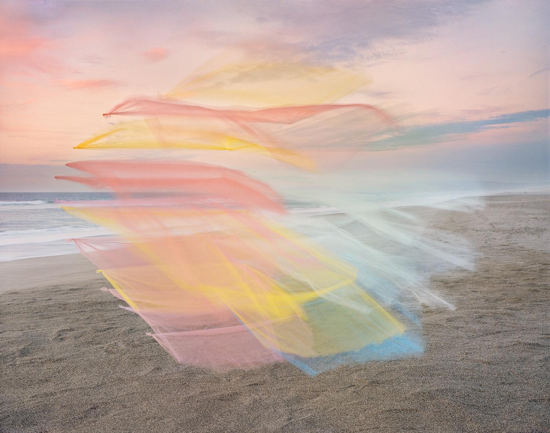 Fotos de tul flotando junto al mar por Thomas Jackson