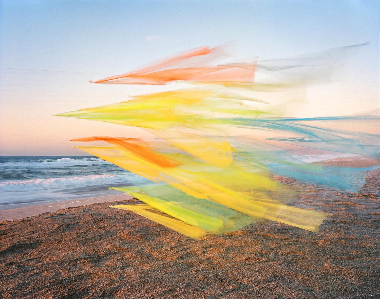 Fotos oníricas de tul flotando junto al mar por Thomas Jackson