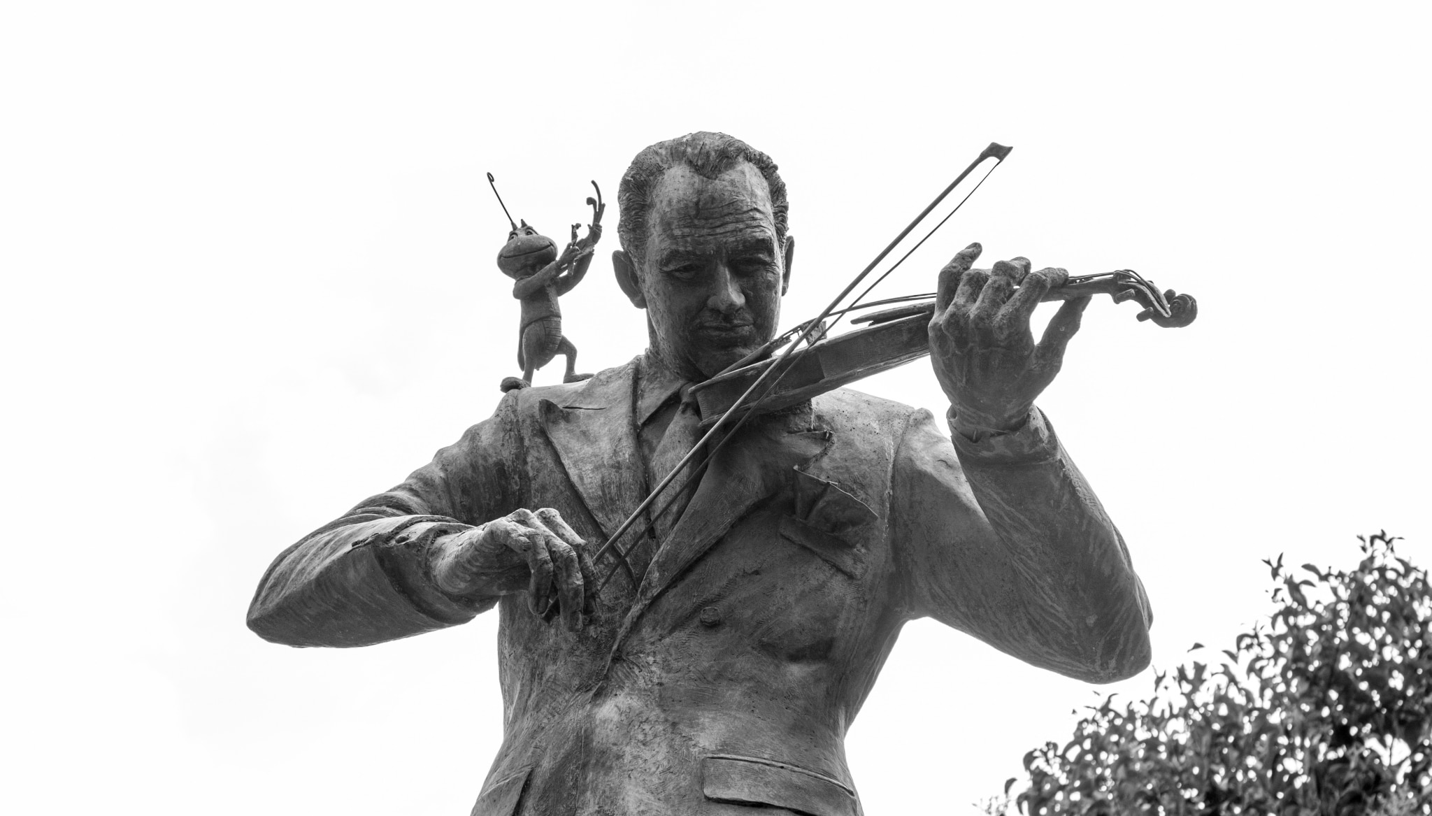 Escultura de Francisco Gabilondo Soler con Cri Cri en su hombro