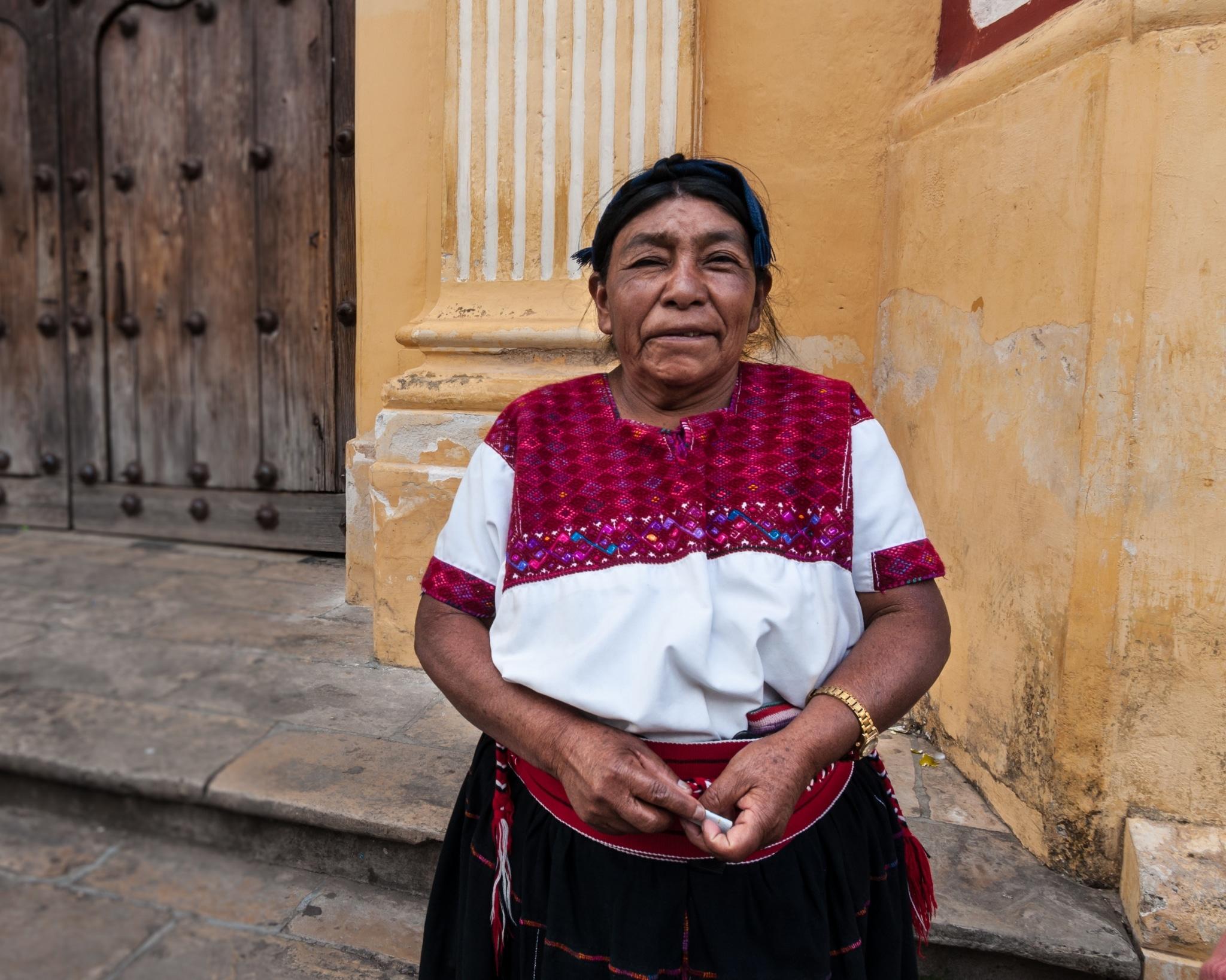 Mujer indígena usando un huipil de San Cristóbal de las Casas