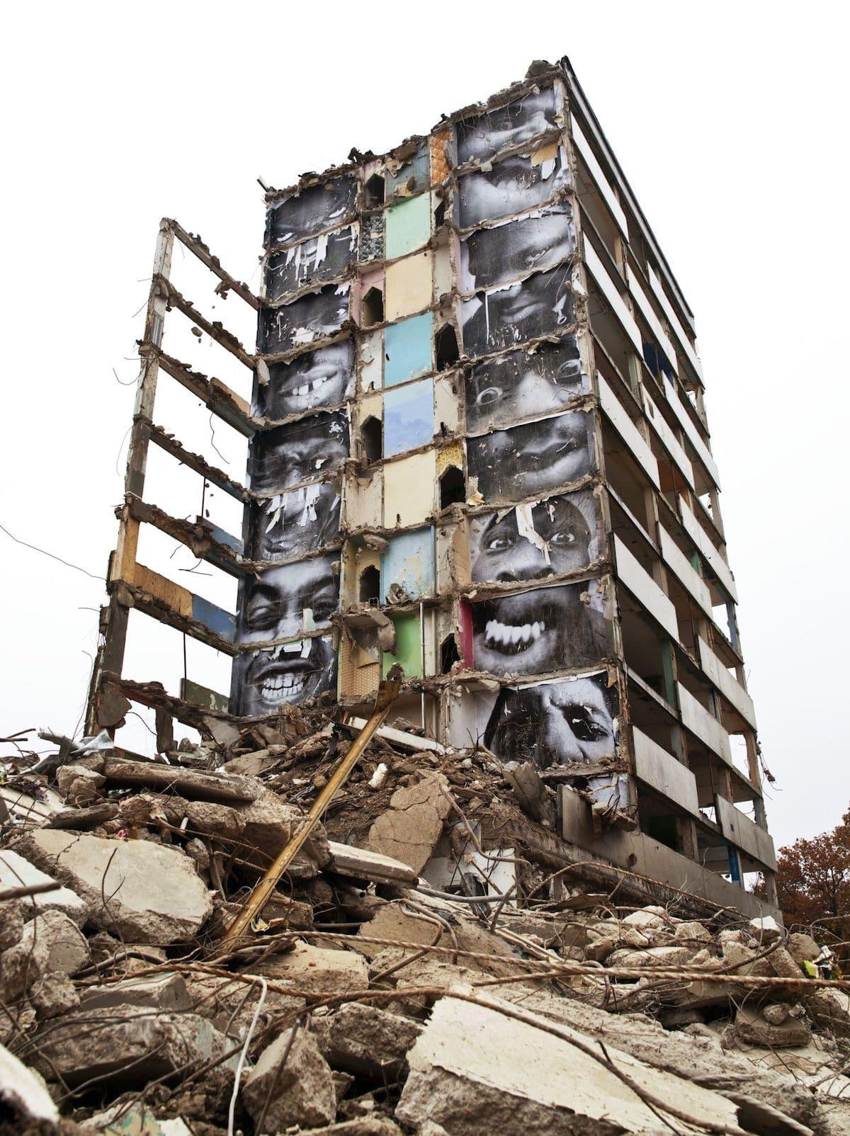 Pósters de JR en un edificio destruido en Montfermeil
