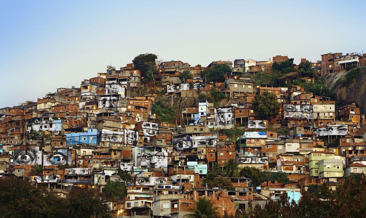 Pósters de Women Are Heroes pegados en las favelas Rio de Janeiro