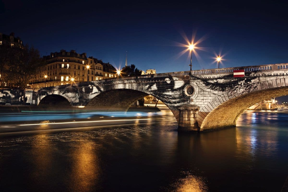 Proyección de Women Are Heroes en un puente en París