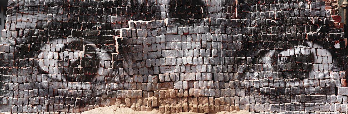 Foto de los ojos de una mujer pegada a ladrillos