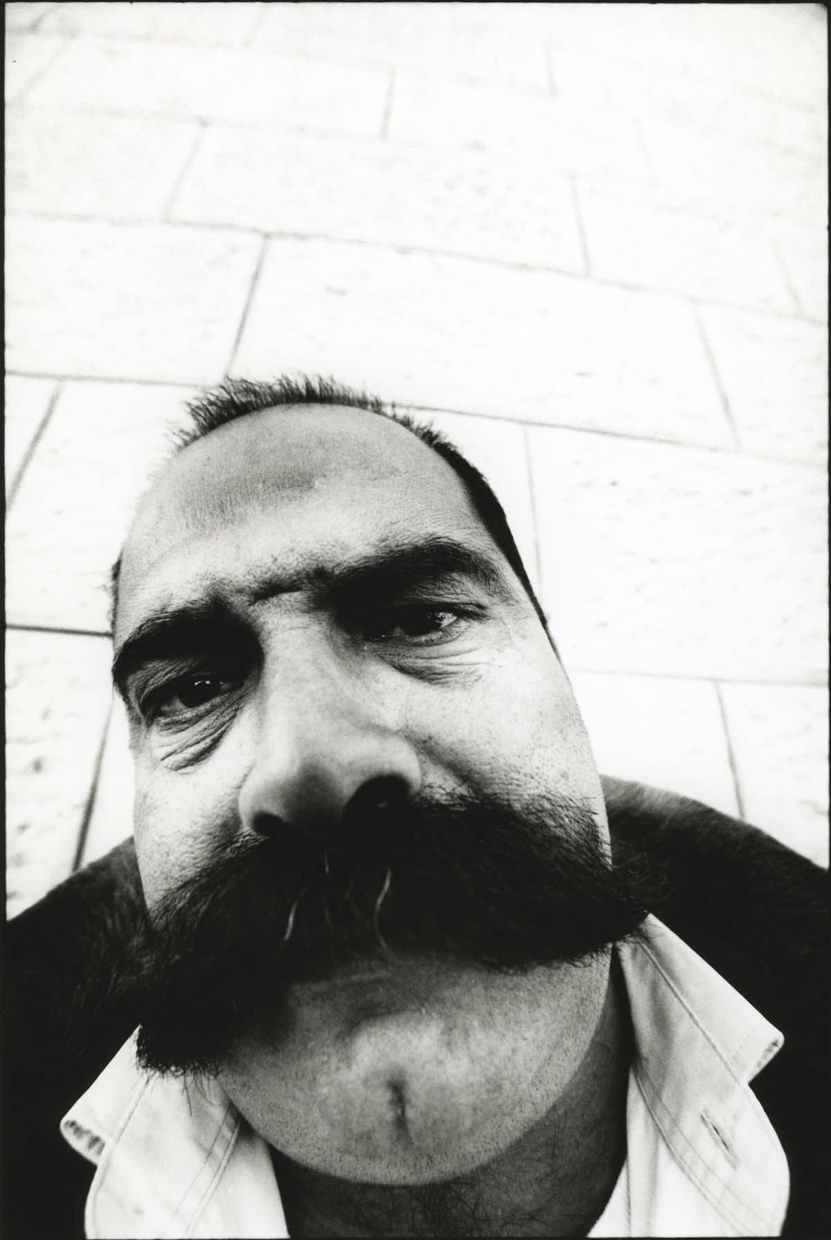 Retrato de un hombre por JR para el proyecto Face 2 Face