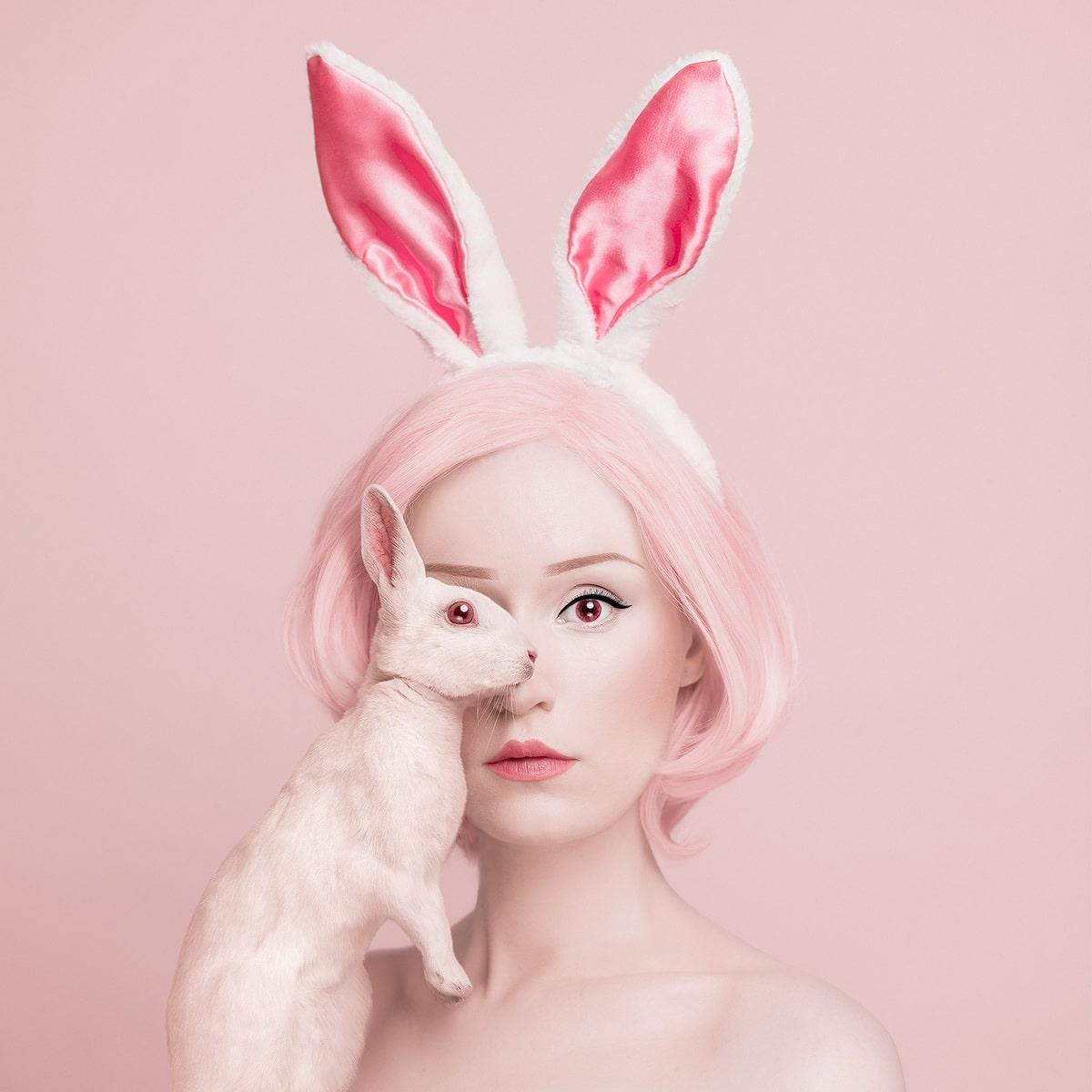 Flora Borsi compartiendo un ojo con un conejo