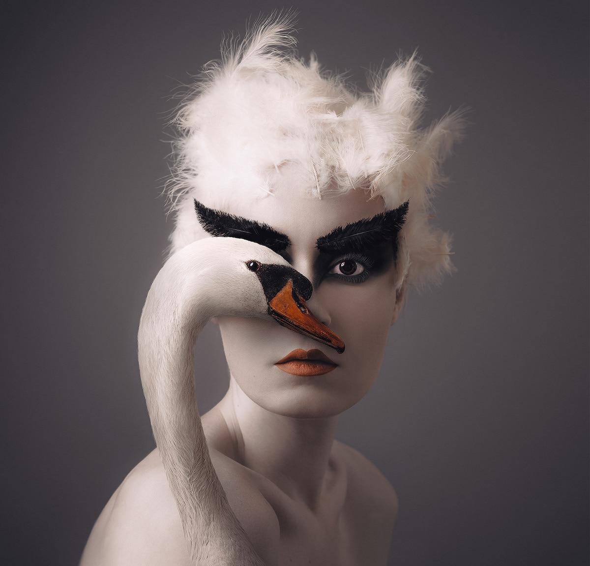 Flora Borsi compartiendo un ojo con un cisne