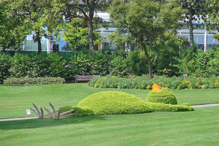 poda artística de polluelo durmiendo por Claude Ponti at Jardin de Plantes