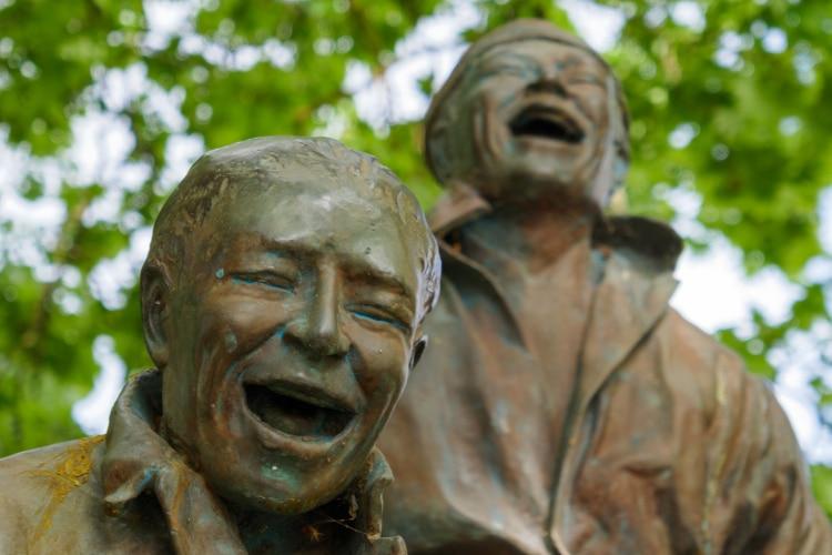 Thirteen Laughing at Each Other (2001) de juan muñoz
