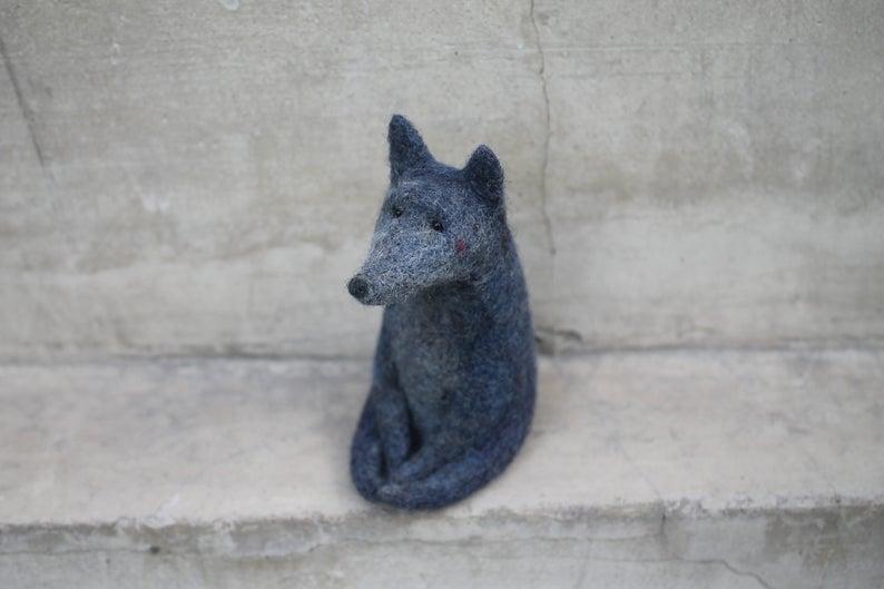 Zorro gris hecho de lana