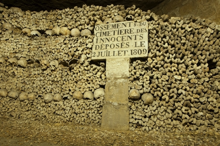 catacombes avec un panneau indiquant que les ossements ont été déposés le 2 Juillet 1809