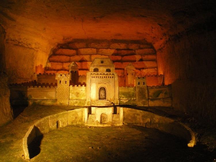 Maquette de Port-Mahon sculptée dans la pierre dans les catacombes