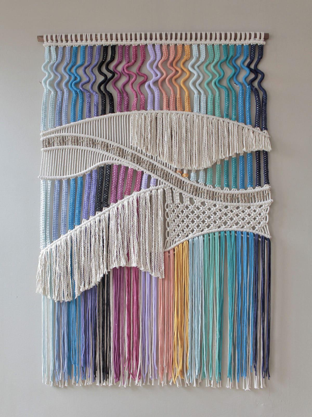 tapiz de macrame de colores por Agnes Hansella
