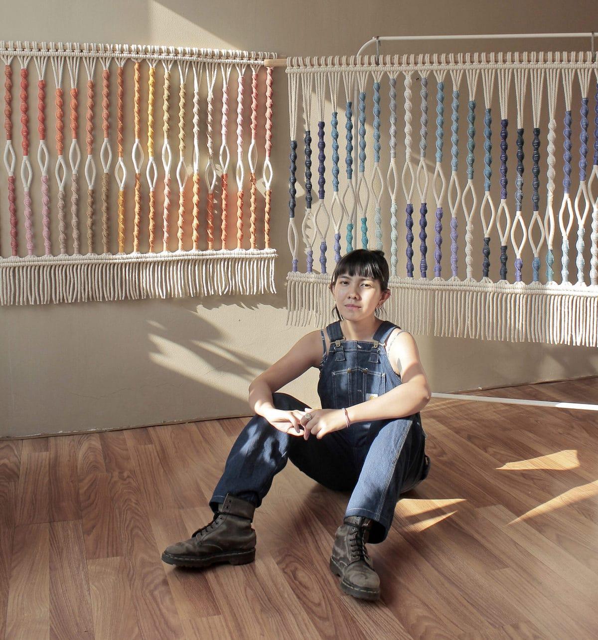 Artista Agnes Hansella con sus tapices de macrame