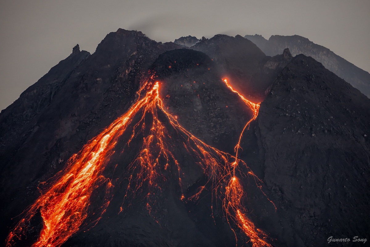 Lava fluyendo en el monte Merapi