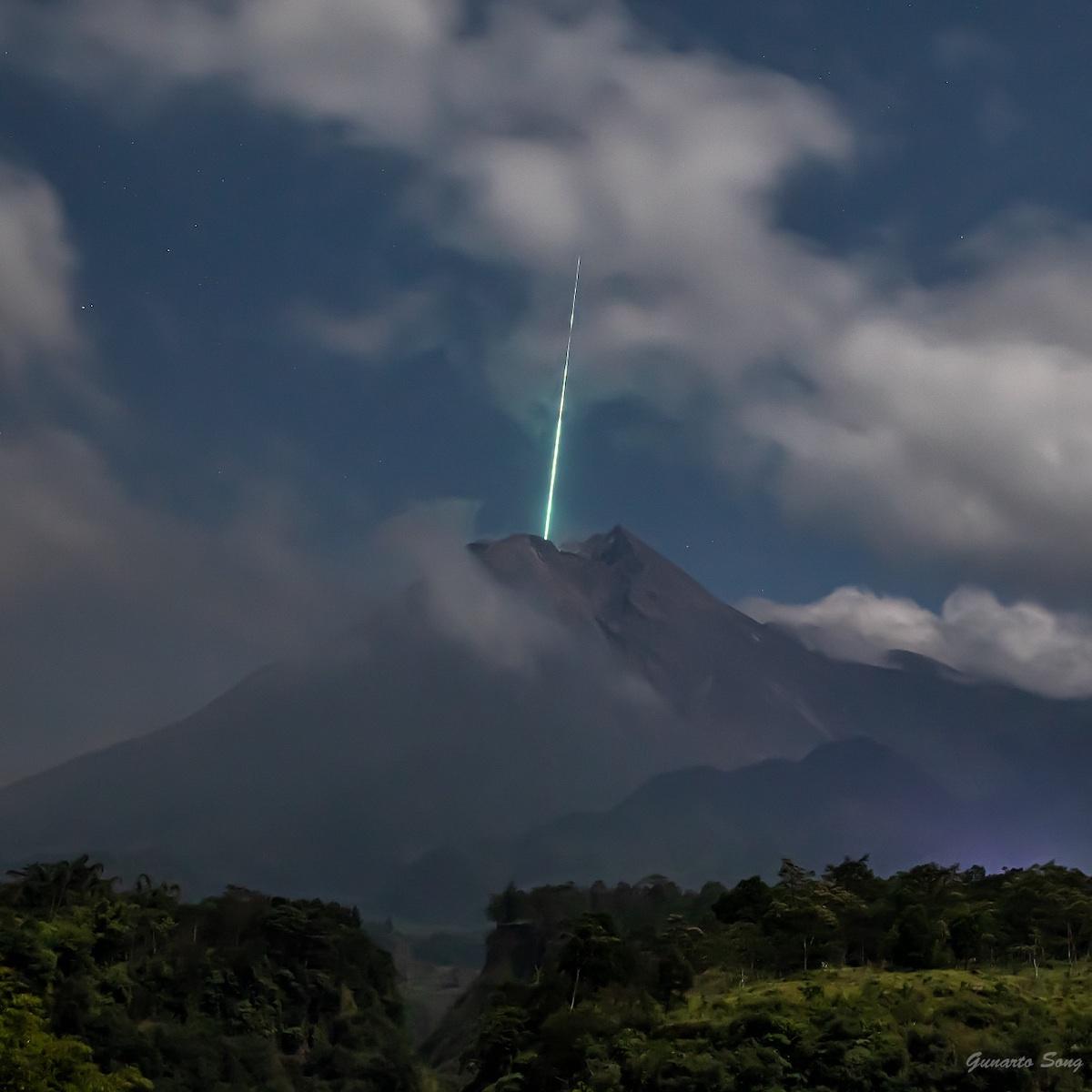Meteoro cayendo en el monte Merapi de Indonesia