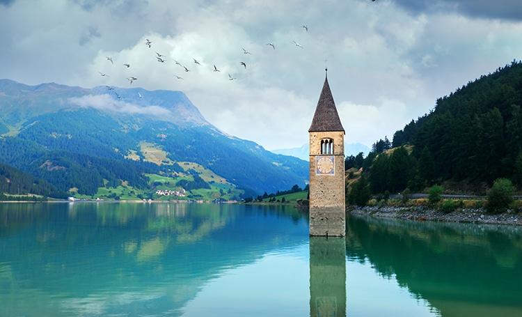 El lago Resia y el campanario de Curon en Tirol del Sur, Italia