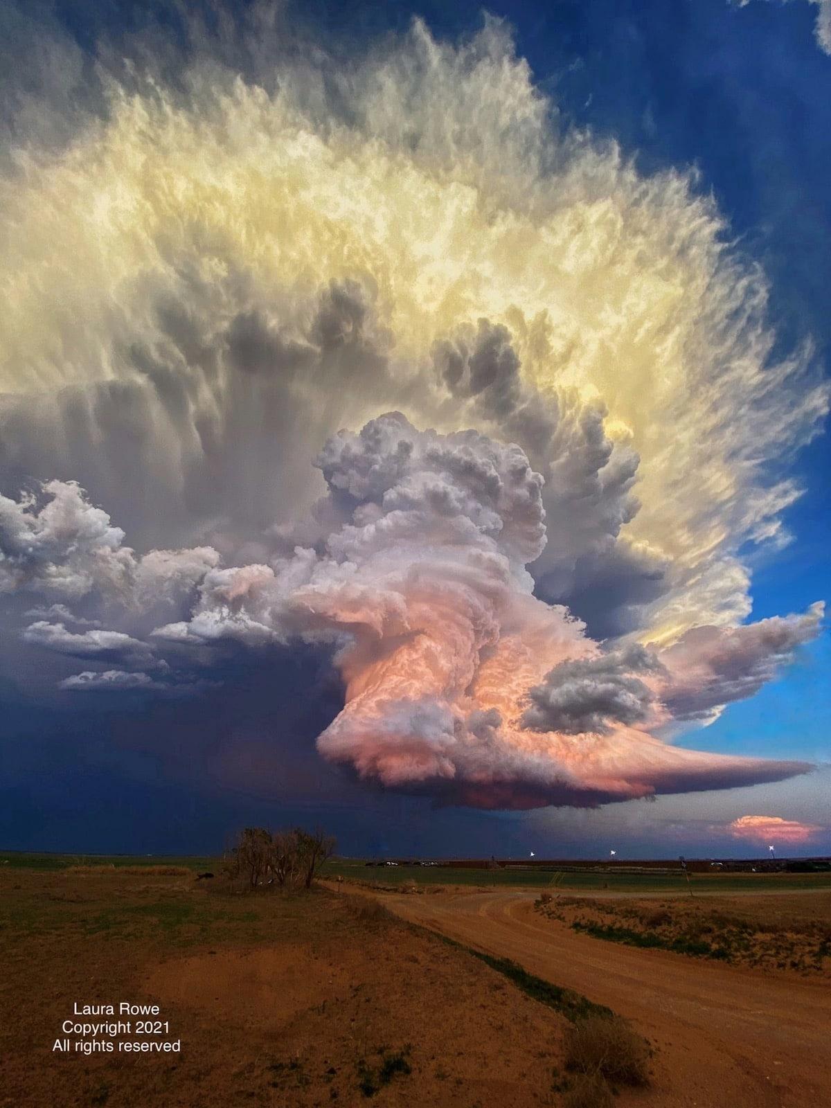 foto viral de nube de tormenta por Laura Rowe