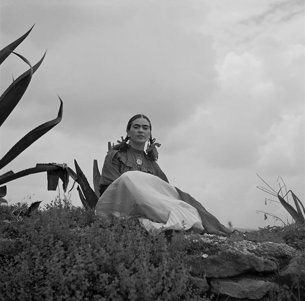 Frida Kahlo sentada junto a un agave