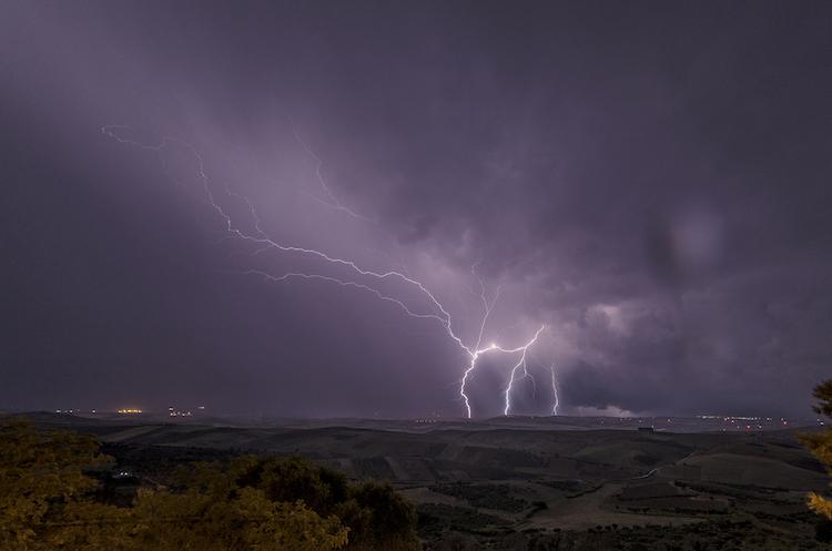 Ciel nocturne avec éclairs et éclairs lors d'un orage à la campagne