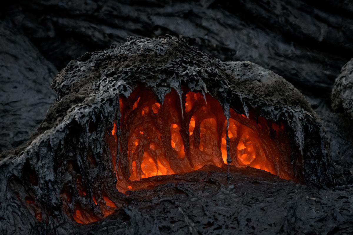 acercamiento a la lava del volcán Fagradalsfjall