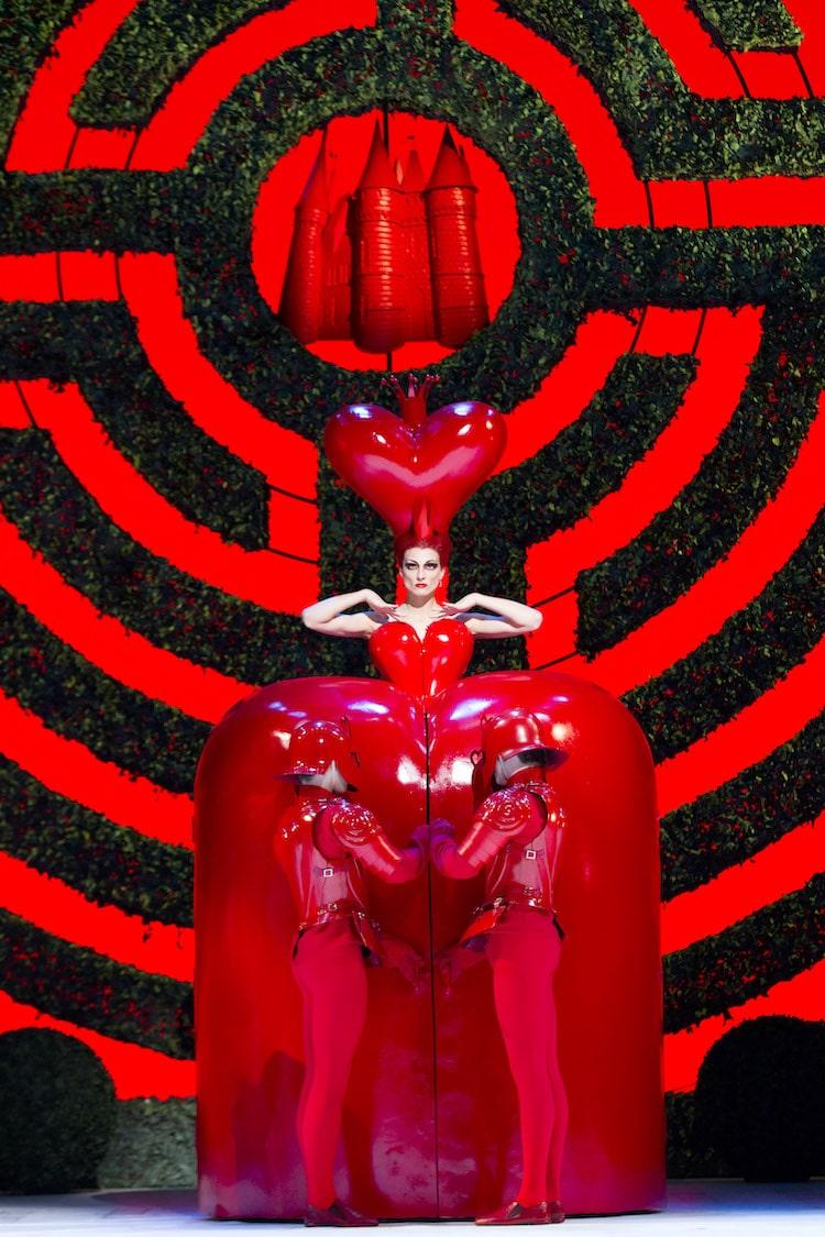 Zenaida Yanowsky dans le rôle de la reine rouge dans le ballet Alice's Adventures in Wonderland de Christopher Wheeldon