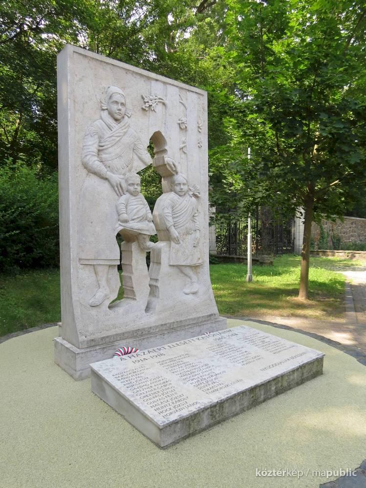 Un mémorial émouvant rend hommage aux soldats hongrois qui sont morts pendant la Première et la Seconde Guerre mondiale avec une silhouette vide.