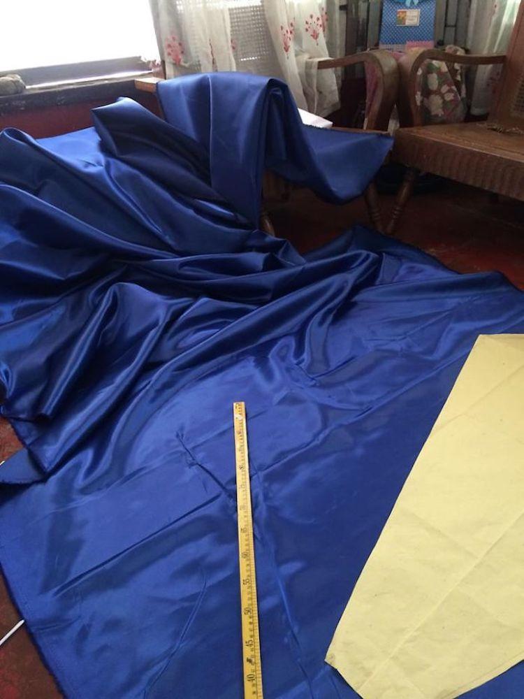 tela azul en el piso
