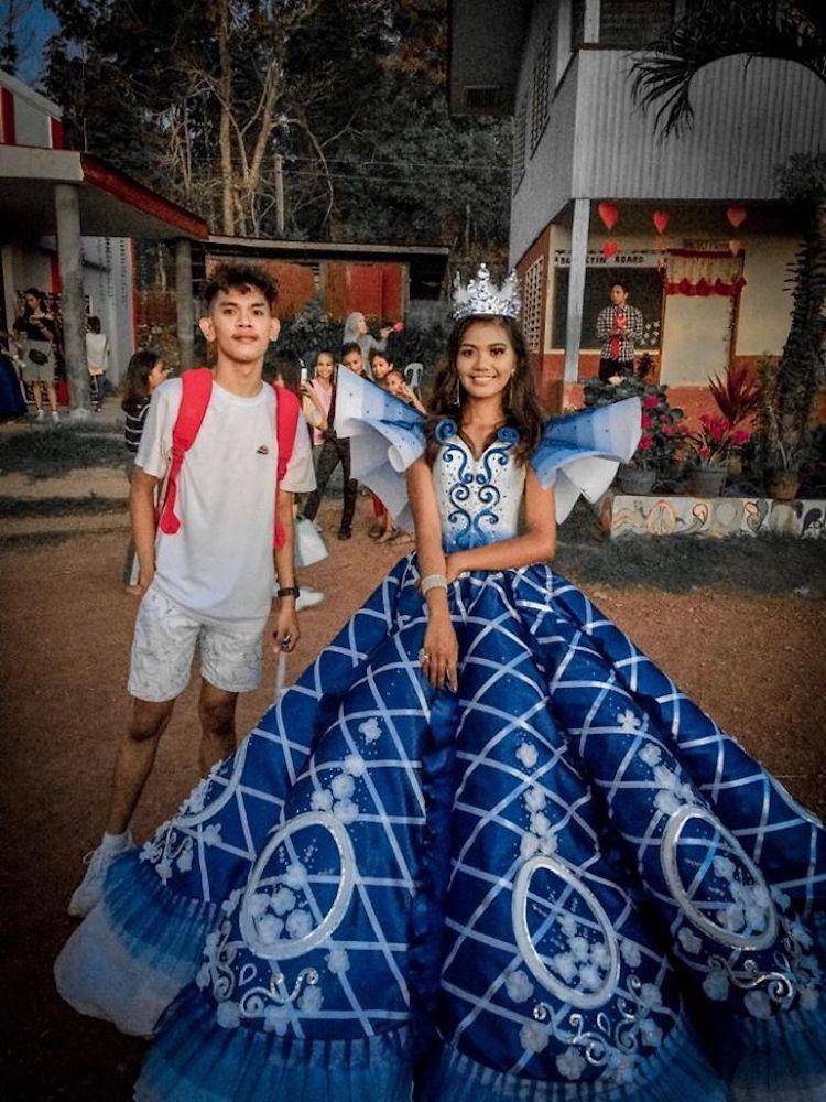 mujer joven posa con vestido de graduación hecho a mano por su hermano