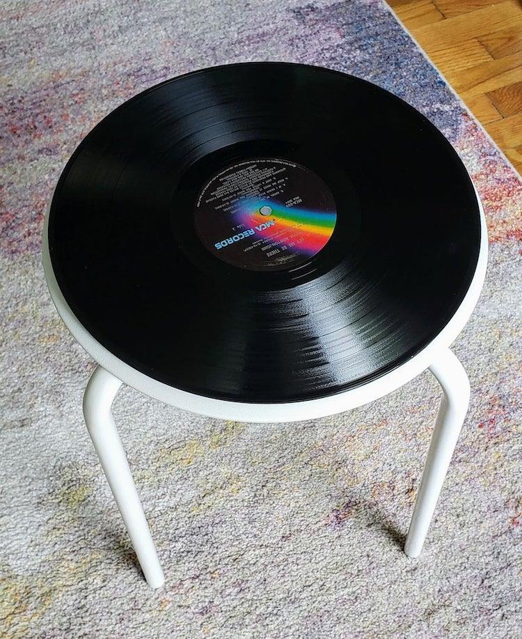 Mesa auxiliar con disco de vinil