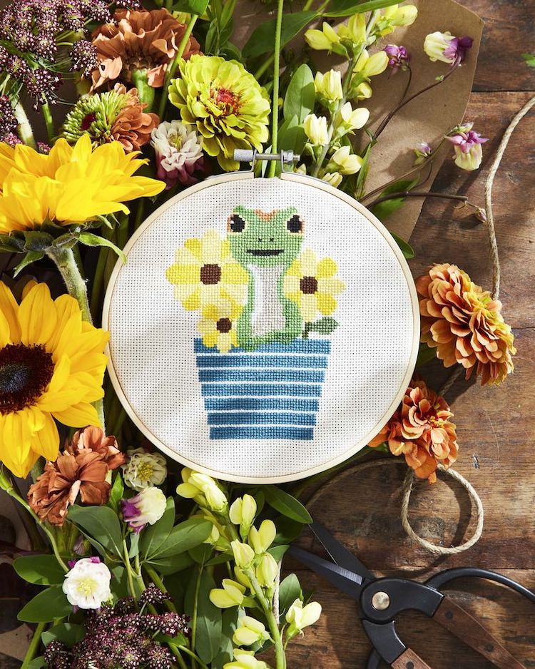 Free Frog and Flower Cross Stitch Pattern