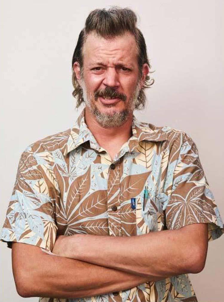 hombre con camisa hawaiana