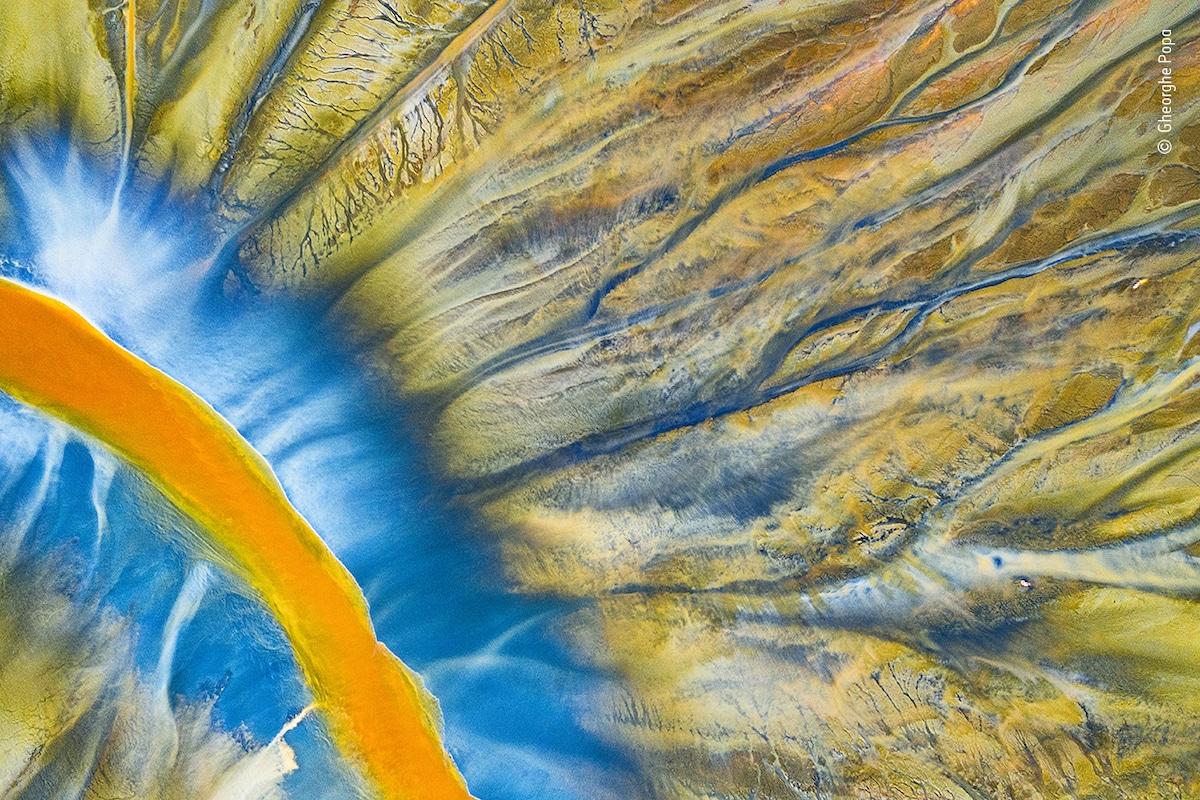 Photo aérienne d'une rivière dans la vallée de Geamana