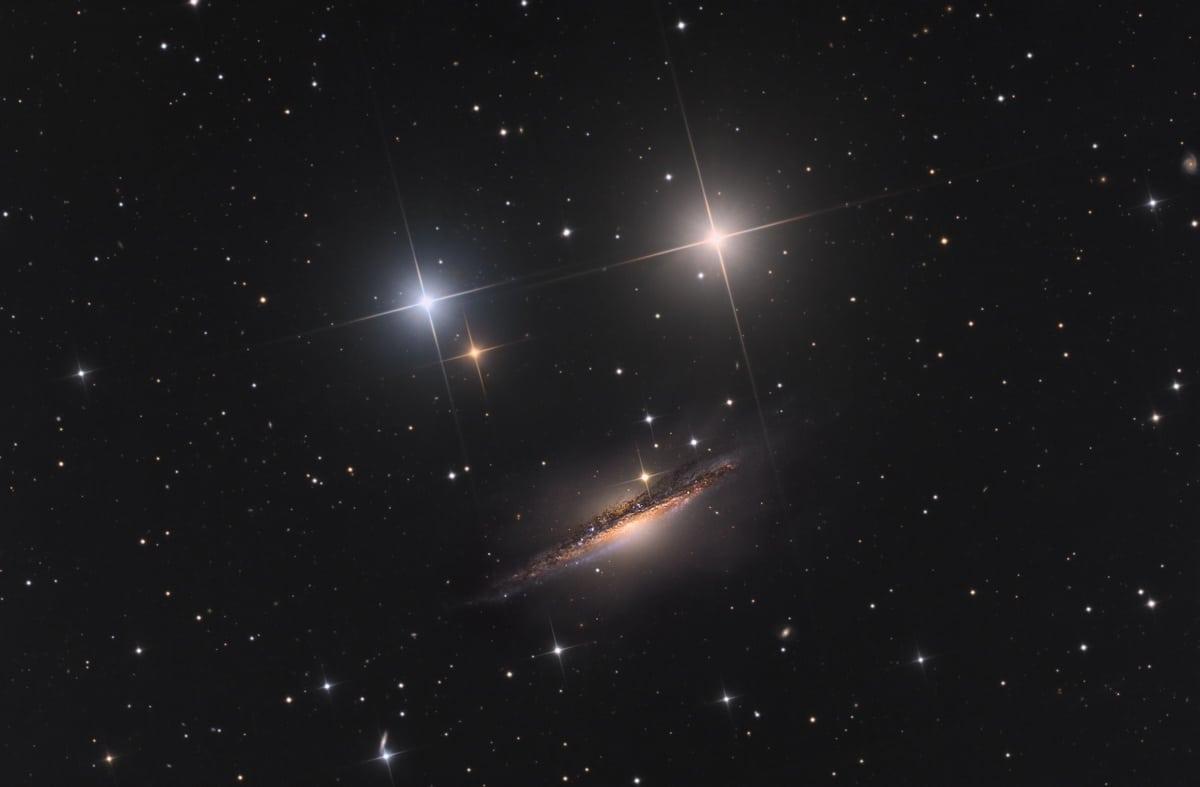 Galaxia en espiral que parece una carita feliz