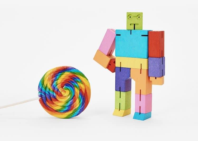 Robot de madera multicolor