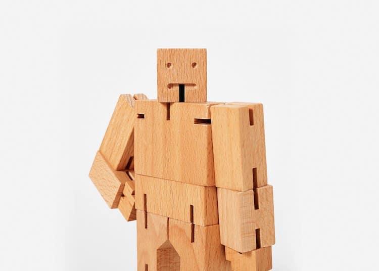 Robot de madera natural