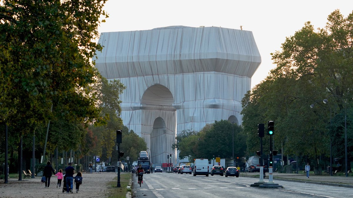 Arc de Triomphe Wrapped by Arists Christo and Jeanne-Claude
