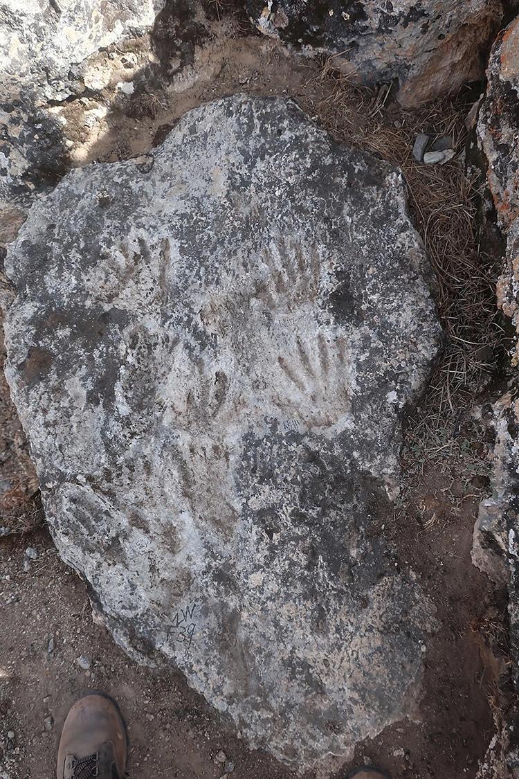 Des archéologues découvrent la main et les empreintes des enfants dans le plus ancien art pariétal connu
