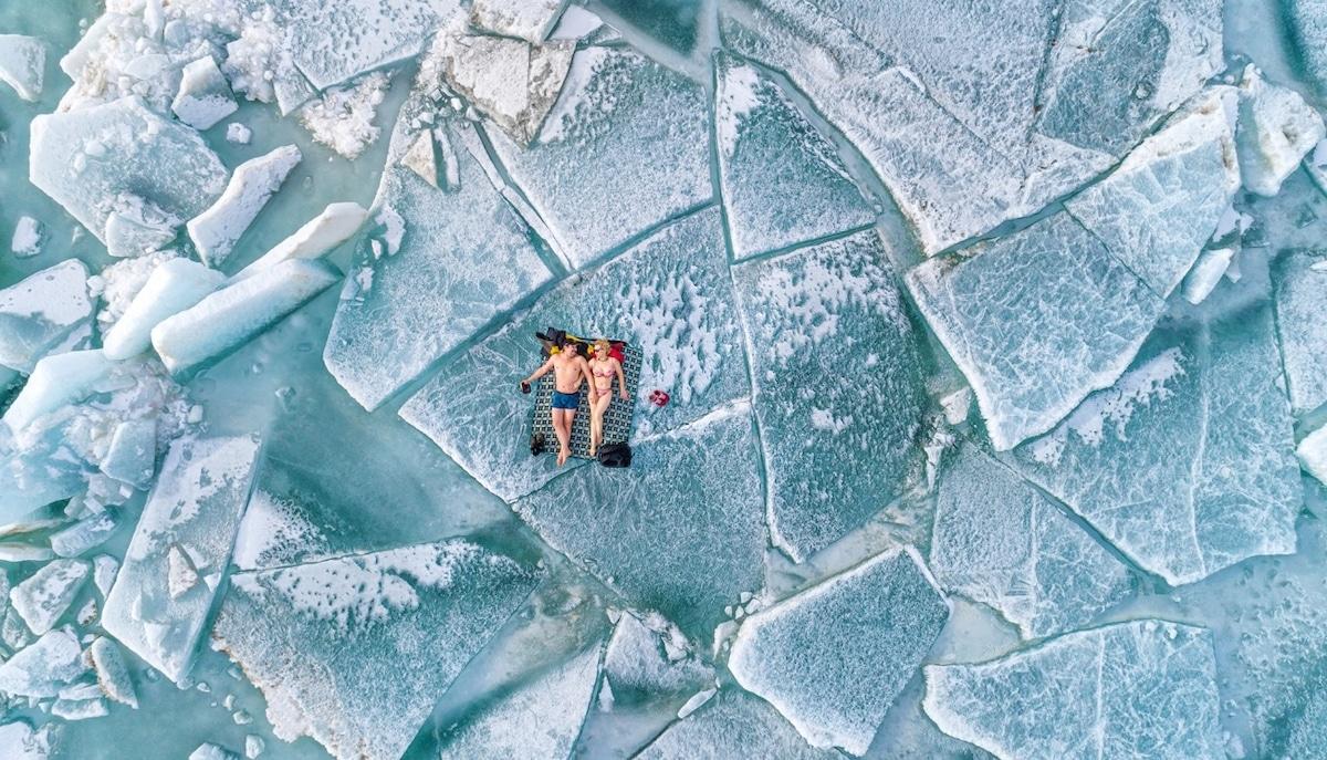 Couple posant en maillot de bain sur des monticules de glace en Russie
