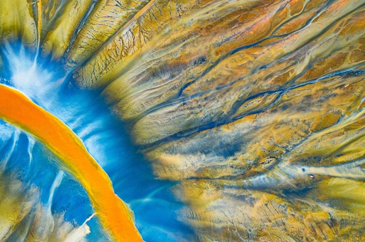 Photo aérienne d'une rivière remplie de déchets miniers