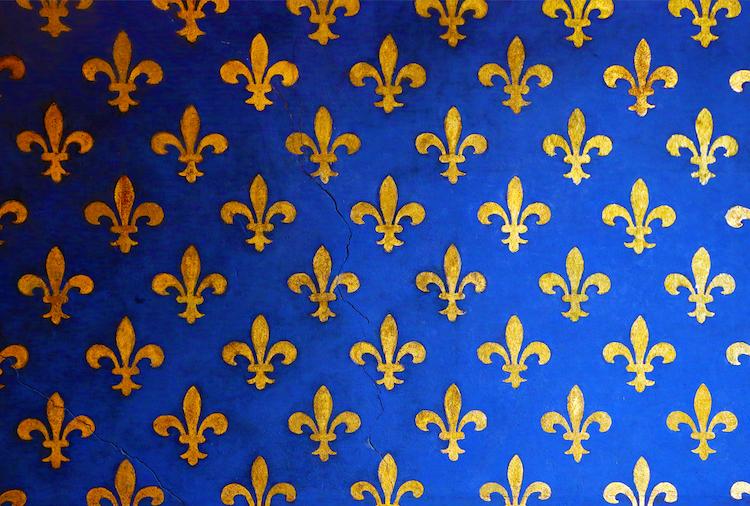 Mur bleu avec fleur de Lys dorée